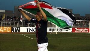 対に本戦で勝ち旗をもち喜ぶヨルダンチームの選手