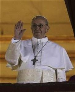新しいローマ法王に選ばれ、バルコニーから手を振るフランシス1世(AP)