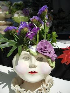 ひとつづつ顔がことなる手作りの花瓶