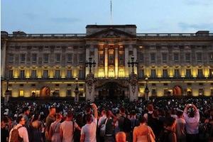 喜びの観衆で賑わうバッキンガム宮殿