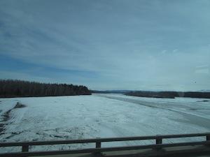 5月初めのアラスカの川