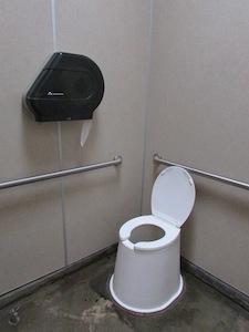 公園内のトイレ