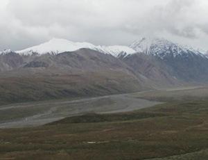 新雪に覆われたアラスカ連山