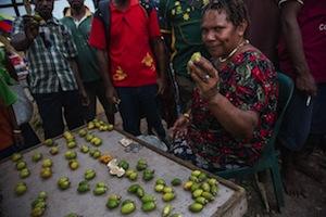 ブアイ(Betel Nut)をマーケットで売る人