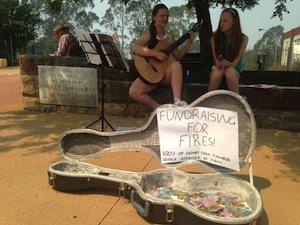 山火事被害者のために寄付を集める子供達