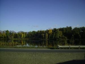 空港へ向う途中の湖