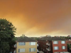 煙で覆われたシドニーの空(アパートより)