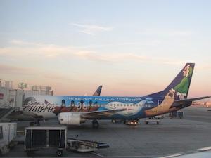 ロゴマークの飛行機@アラスカ航空