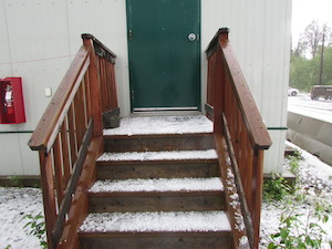 階段に積もったあられ