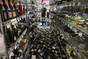 酒屋で倒れたワインのボトル by Washington Post