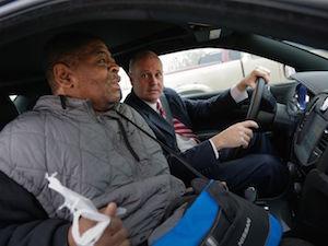 ロバートソンさんを車に乗せてあげるポーロックさん