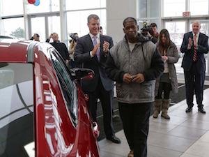 車を贈呈したディーラーとロバートソンさん