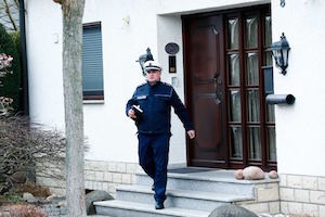 副操縦士の自宅 A German police officer leaves a house believed to belong to crashed Germanwings flight 4U 9524 co-pilot Andreas Lubitz in Montabaur. Reuters: Ralph Orlowski