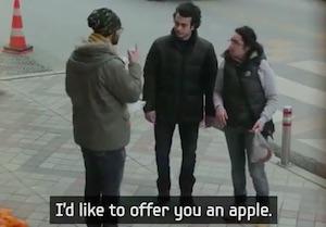 通りがかりの人が手話で話しかけてくれます