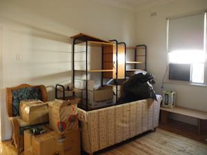 引越しした荷物が残るリビングルーム