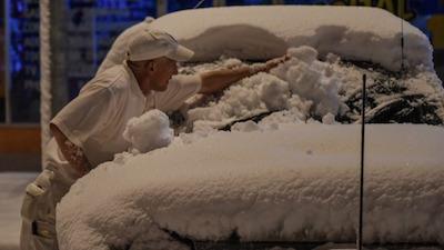 雪が積もった車 それでも半袖なのがオーストラリア人です。 by SMH