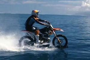 まるでトリックのような海を走るバイク