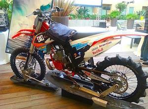 波乗りをするために改造されたバイク