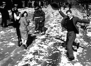 勝利を喜ぶシドニー市民 1945.8.15