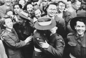 勝利を喜ぶカップル@シドニー 1945.8.15