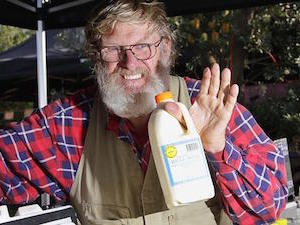 殺菌されていない生の牛乳をマーケットで販売 by Herald Sun