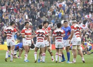 対サモア戦に勝利した日本チーム BY 産経ニュース