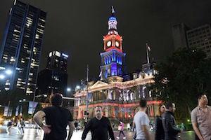 フレンチカラーに染められたシドニータウンホール by ABC News