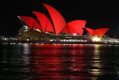 真っ赤に染まったオペラハウス