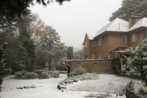 雪に覆われたブルーマウンテンにある建物 by ABConlne