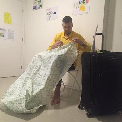 シャワーカーテンを縫うオーストラリアの選手@リオ選手村