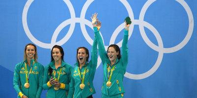 世界新記録で金メダルに輝く4x100m自由形リレーチーム