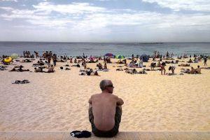 海で泳ぐ人たち by ABC News